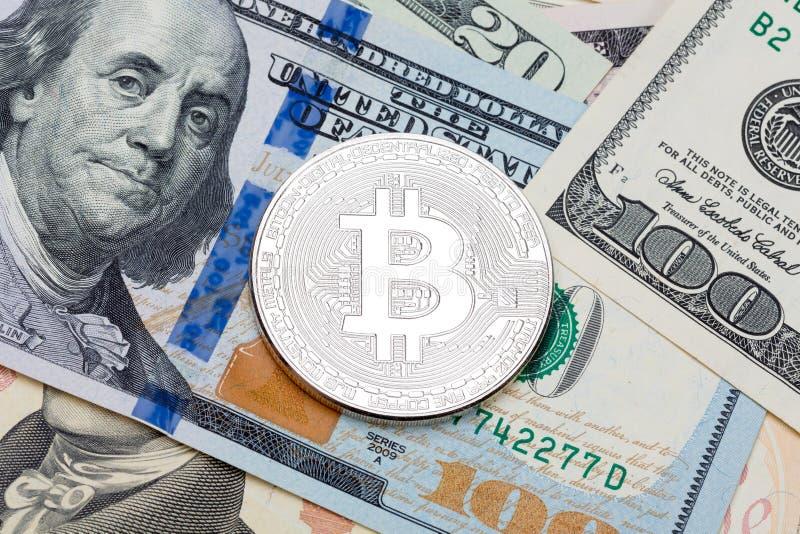 US-Währung umfasst mit silbernem bitcoin lizenzfreie stockbilder