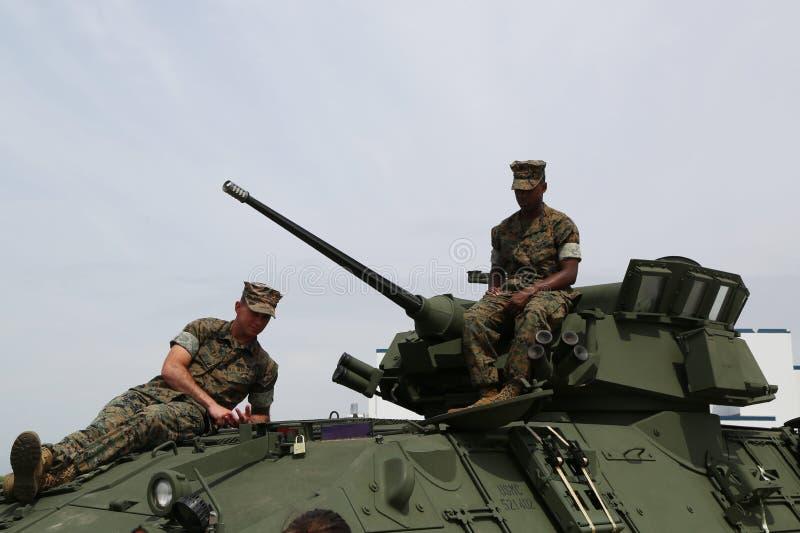USA żołnierze piechoty morskiej na Lekkim Opancerzonym Wywiadowczym pojazdzie LAV-25 obraz stock