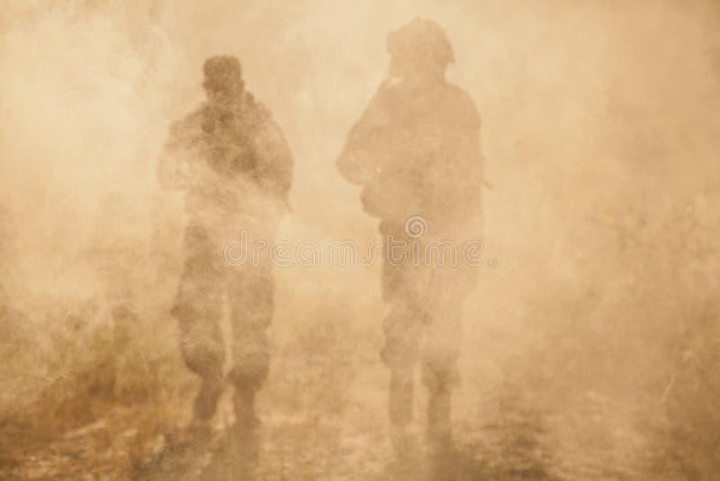 USA żołnierze piechoty morskiej w akci Pustynna burza piaskowa fotografia royalty free