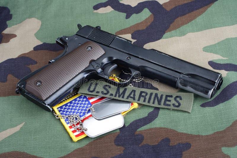 USA żołnierzy piechoty morskiej gałąź taśma, M1911 pistolecik z psimi etykietkami na lasu kamuflażu mundurze obraz royalty free