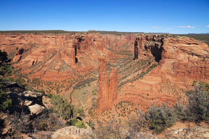 USA, Arizona/Canyon de Chelly: Ansicht in die Schlucht mit Spinnen-Felsen lizenzfreies stockbild