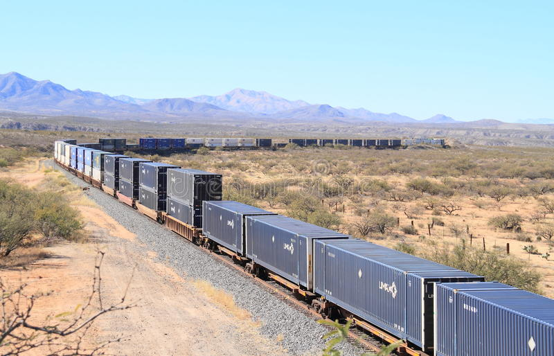 USA, Arizona/Chihuahuan-Wüste: Langer Güterzug stockbild