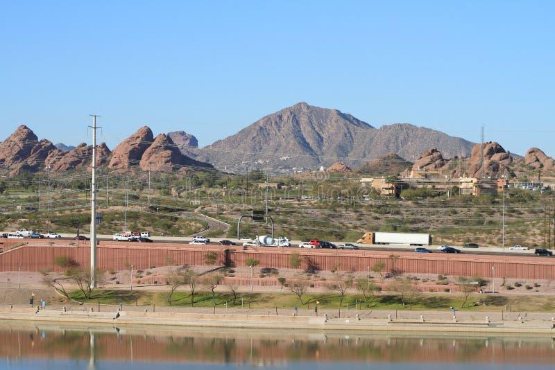 USA Arizona/Tempe: Sikten över Papago parkerar till Camelbackberget royaltyfri fotografi