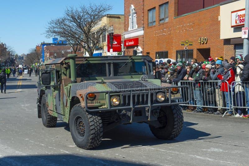 USA-armén Humvee i Sts Patrick dag ståtar Boston, USA royaltyfri bild