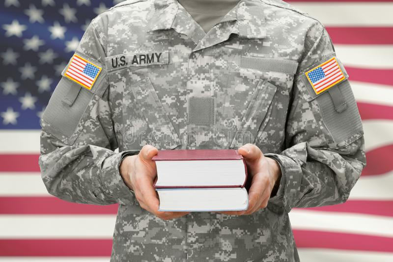 USA-Armeecollagenneuzugang, der Bücher in seinen Händen hält lizenzfreie stockfotografie