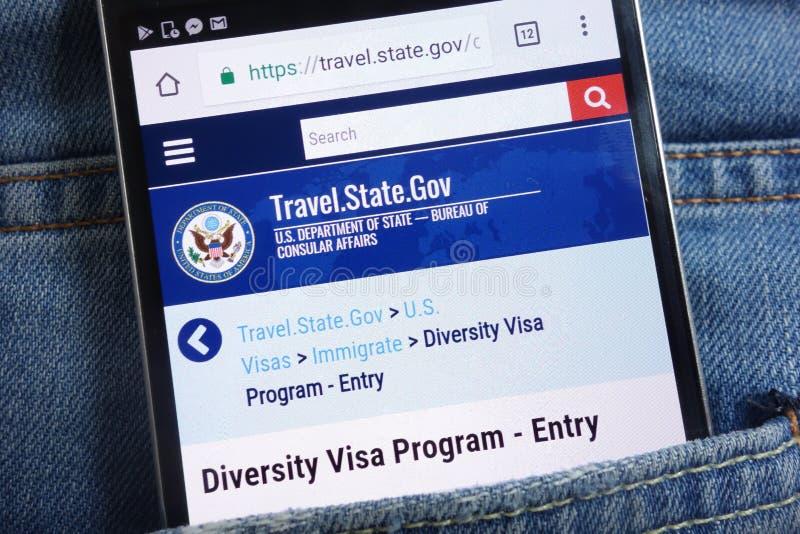 USA-avdelningen av tillståndswebsiten om mångfaldvisumprogrammet som visas på smartphonen som döljas i jeans, stoppa i fickan arkivfoto
