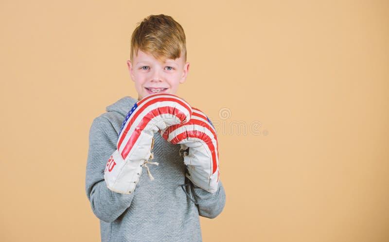USA dzie? niepodleg?o?ci Szcz??liwy dziecko sportowiec w bokserskich r?kawiczkach Sprawno?ci fizycznej dieta energetyczni zdrowie zdjęcia royalty free