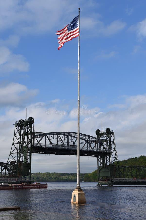 USA flaga przed dźwignięcie mostem na St Croix rzece zdjęcia stock