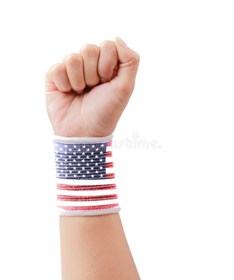 USA flagga gripen hårt om näve som isoleras med den snabba banan royaltyfria bilder