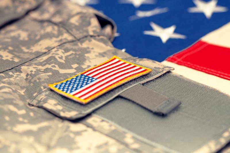 USA flagga med armélikformign över den - studioskott Filtrerad bild: kors bearbetad tappningeffekt arkivfoto