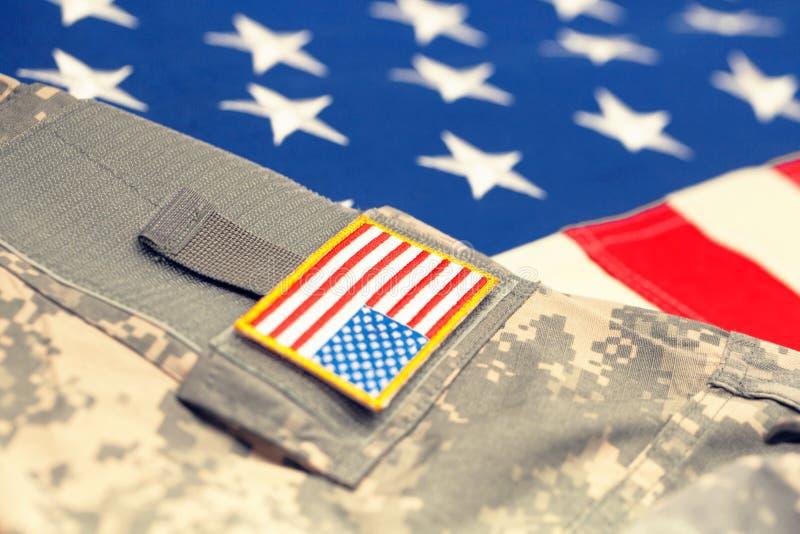 USA flagga med armélikformign - nära övre studioskott Filtrerad bild: kors bearbetad tappningeffekt arkivfoton