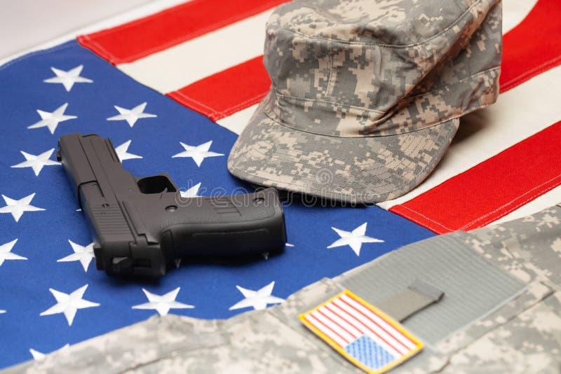USA flagga med den handeldvapen- och för USA-armé likformign över den arkivbild