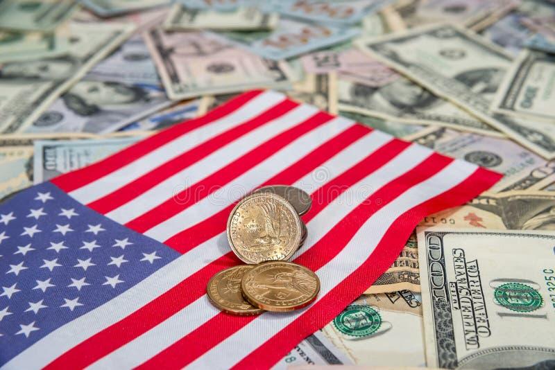 USA-flagga med oss mynt och dollar arkivfoton