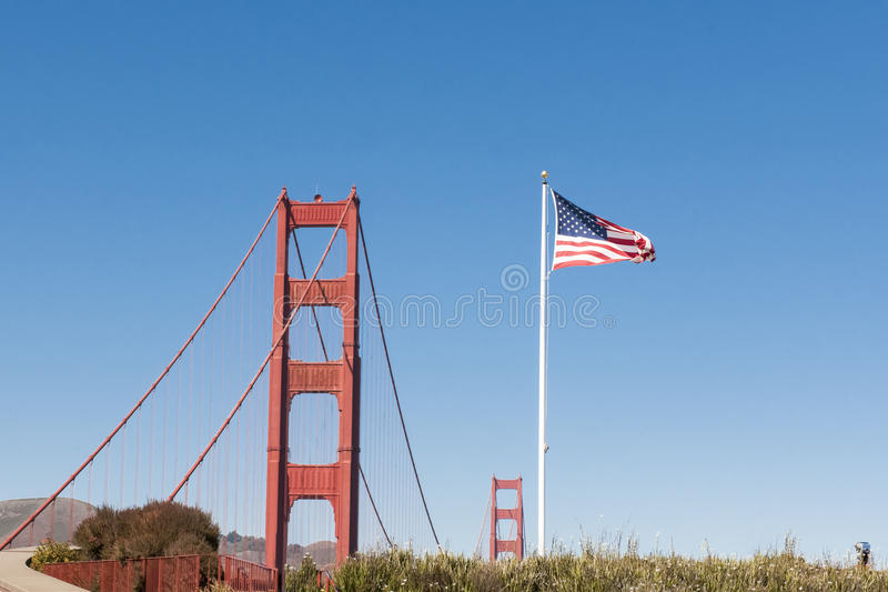 USA-flagga och blast av två torn Golden gate bridge  arkivfoto