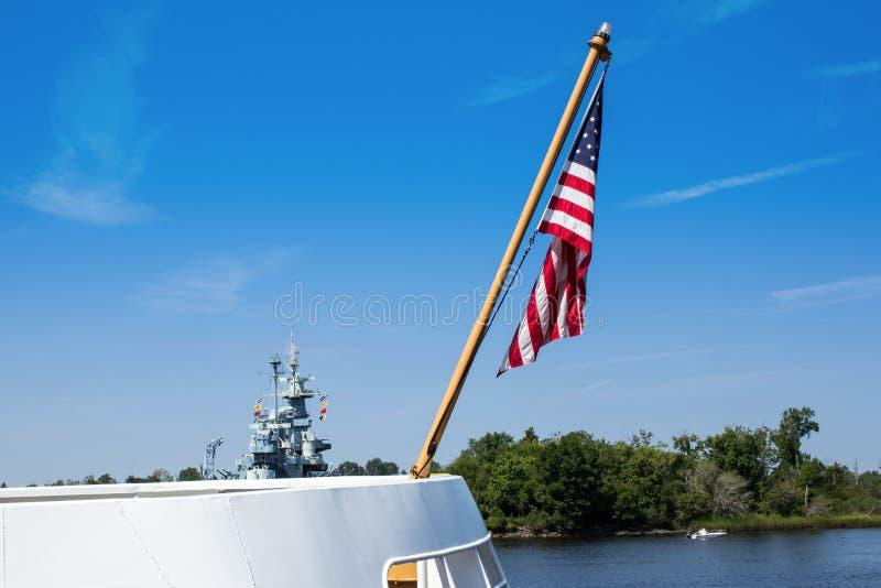 USA-flagga och krigskepp arkivbilder