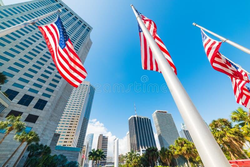 USA flaggor och skyskrapor i Bayfront parkerar i i stadens centrum Miami arkivfoto