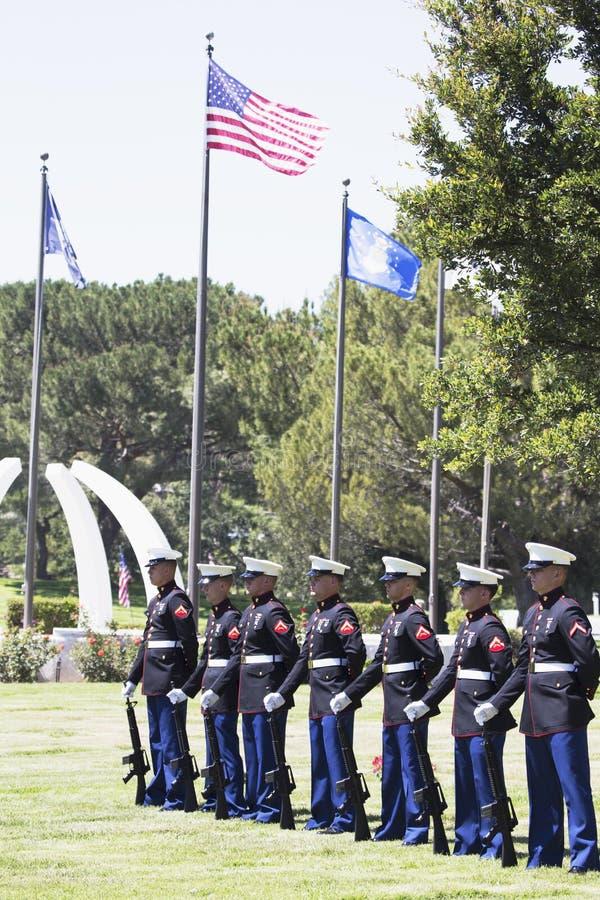 USA-flottor står på uppmärksamhet på minnesgudstjänst för den stupade USA-soldaten, PFC Zach Suarez, hederbeskickning på huvudväg arkivfoto