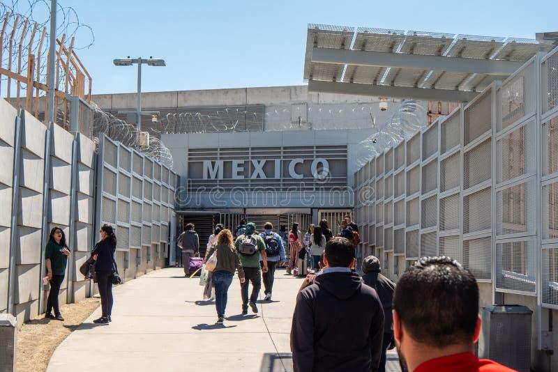 USA-gr?ns till Mexico p? San Ysidro Kalifornien - KALIFORNIEN, USA - MARS 18, 2019 fotografering för bildbyråer