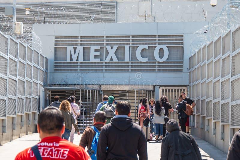 USA-gr?ns till Mexico p? San Ysidro Kalifornien - KALIFORNIEN, USA - MARS 18, 2019 royaltyfri bild