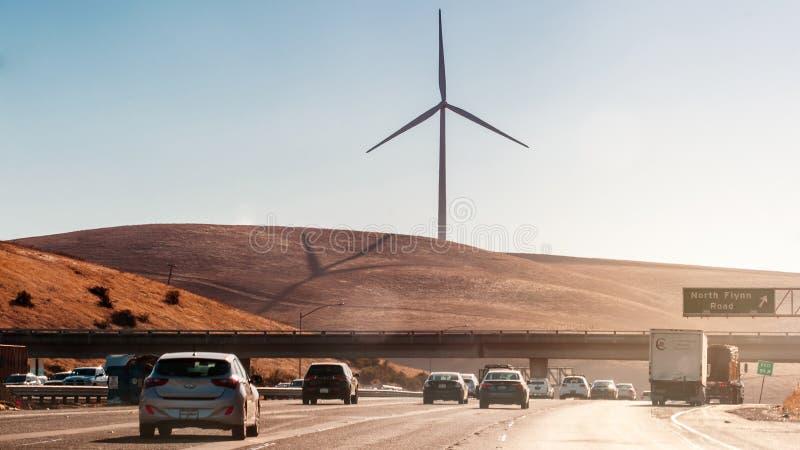 USA, Kalifornien - Sept. 26., 2016 Windkraftanlage mit einem blauen Himmel unter der Autobahn in USA Kalifornien lizenzfreie stockbilder