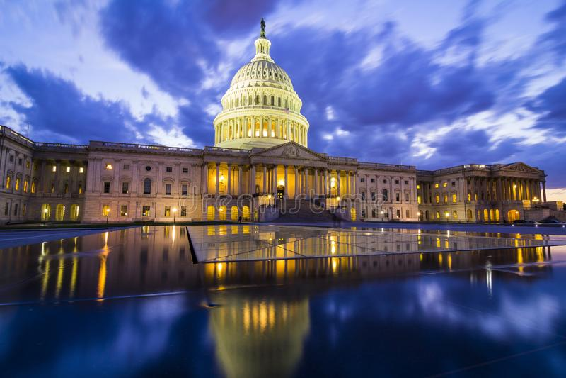 USA-Kapitolium i Washington DC på skymning royaltyfria foton