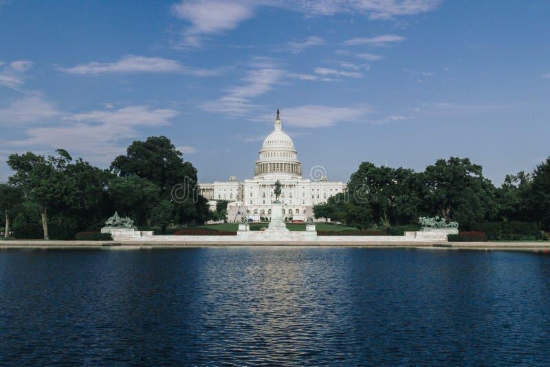 USA-Kapitolium som bygger över den reflekterande pölen för Kapitolium i Washingt arkivbild