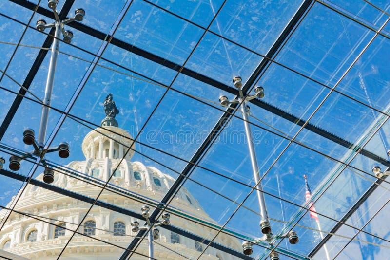 USA-Kapitoliumbyggnad till och med Glass Windows metallChrome service royaltyfri fotografi