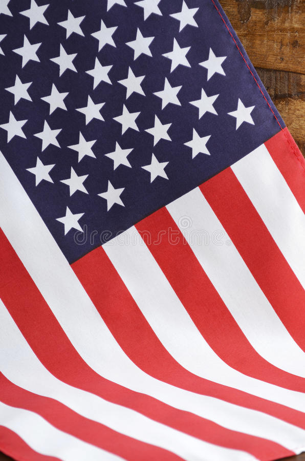 USA lampasów i gwiazd flaga na Ciemnym drewnie zdjęcia royalty free