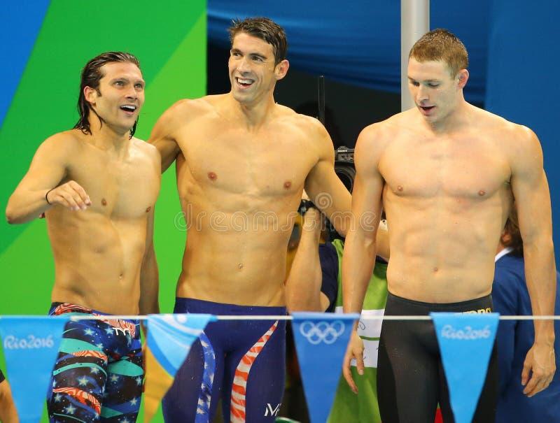 USA mäns laget för relän för den 4x100m medleyn Cory Miller (v), Michael Phelps och Ryan Murphy firar seger royaltyfri fotografi