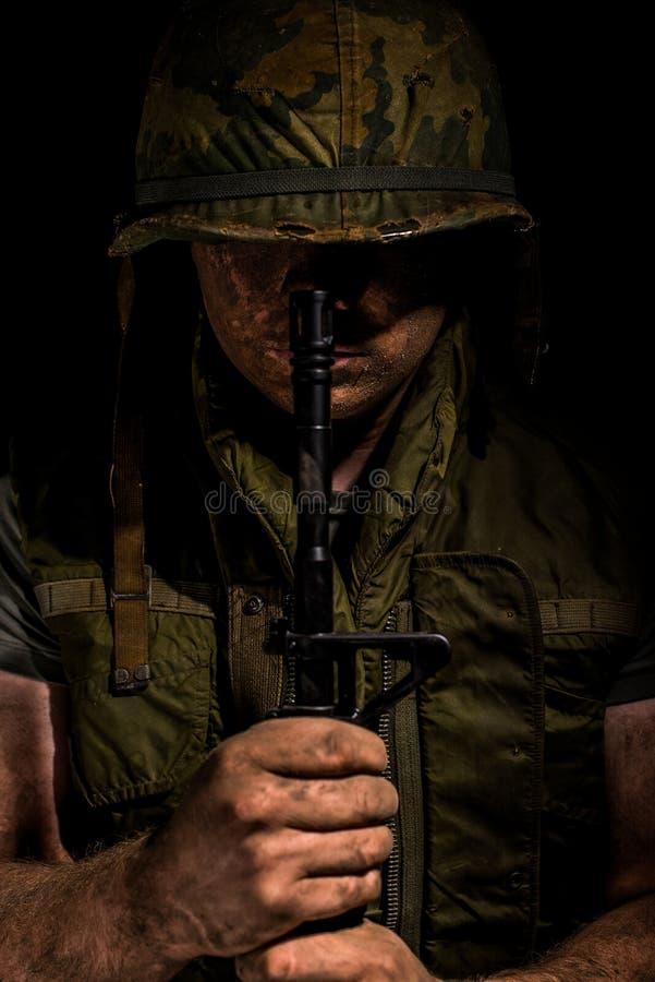 USA Marine Vietnam War som rymmer M16 arkivbild