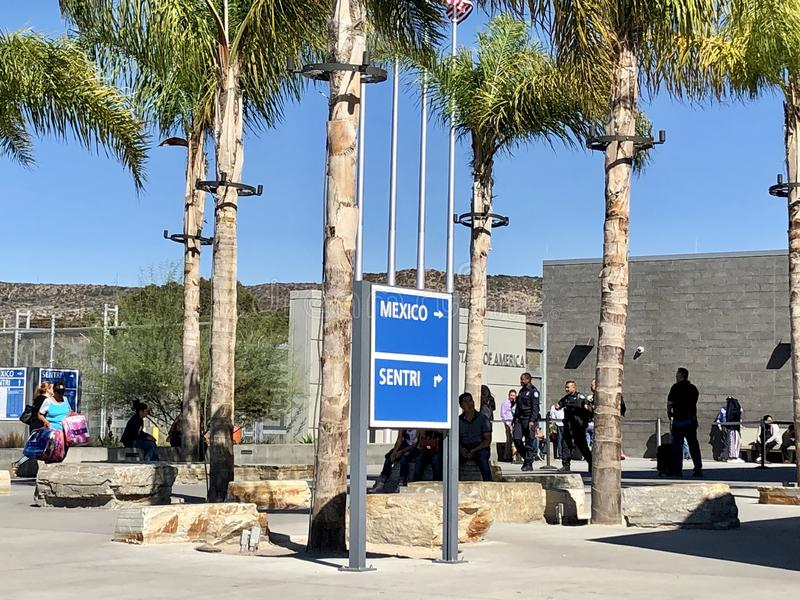 USA - Mexicansk gräns i San Diego, CA Folk som går, placera som väntar royaltyfri foto