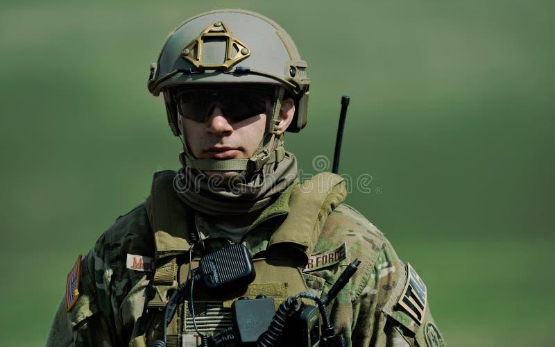 USA-militären med det halvautomatiska geväret i militär polygon i övningen spolar våren royaltyfri bild