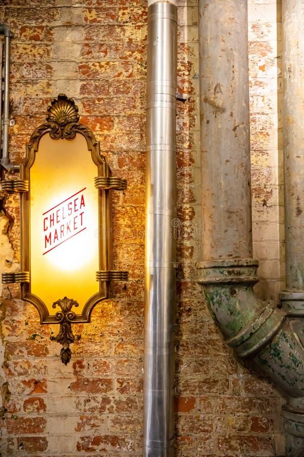 USA, New York, Leuchtzeichen mit Text Chelsea-Markt am Eingang des Marktes stockfotografie