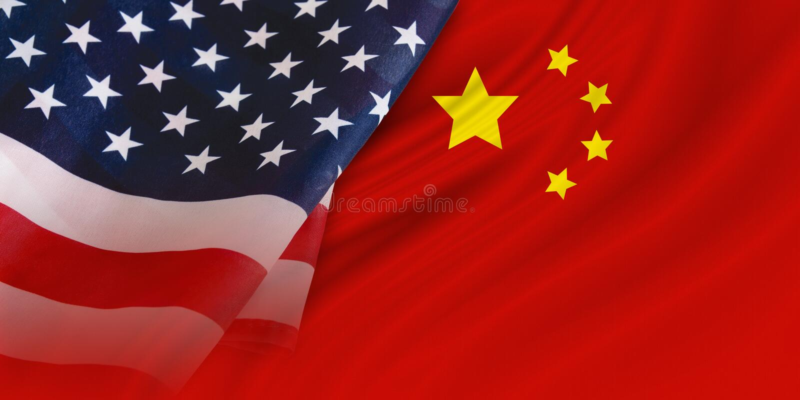 USA och Kina flaggabakgrund royaltyfri fotografi