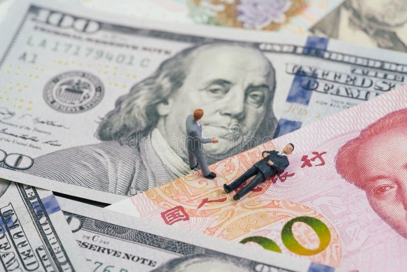 USA och Kina handlar krig, och begreppet f?r kuggningen f?r tarifff?rhandling, miniatyrdiagram aff?rsmanledaren som ifr?n varandr fotografering för bildbyråer