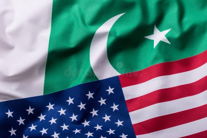 USA och Pakistan USA flagga och Pakistan flagga royaltyfria foton