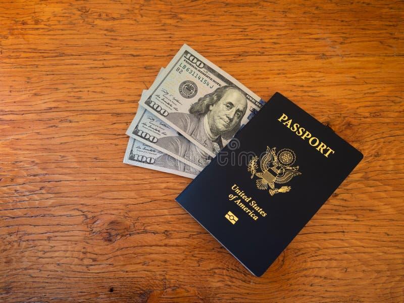 USA-pass med trehundra dollarräkningar royaltyfri fotografi