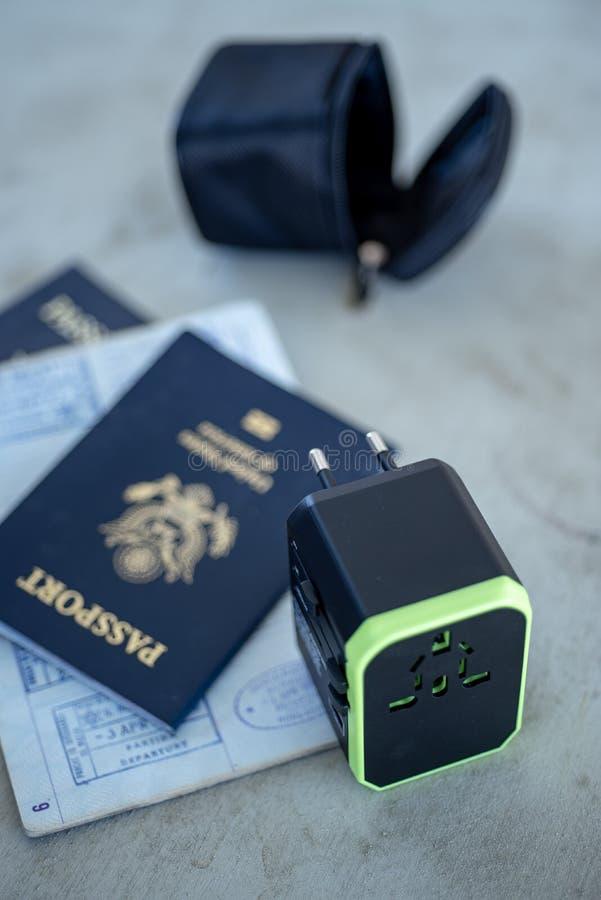 USA-pass och internationell elströmproppadapter arkivfoton