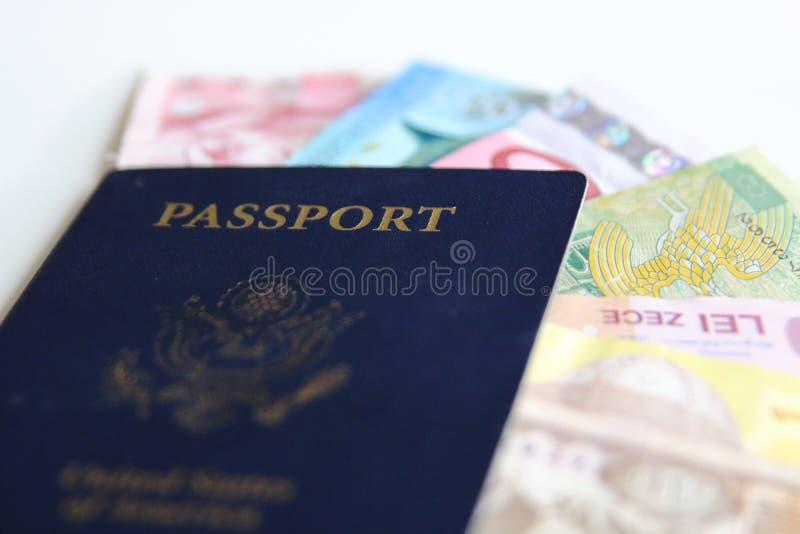 USA pass och internationella valutor royaltyfri foto