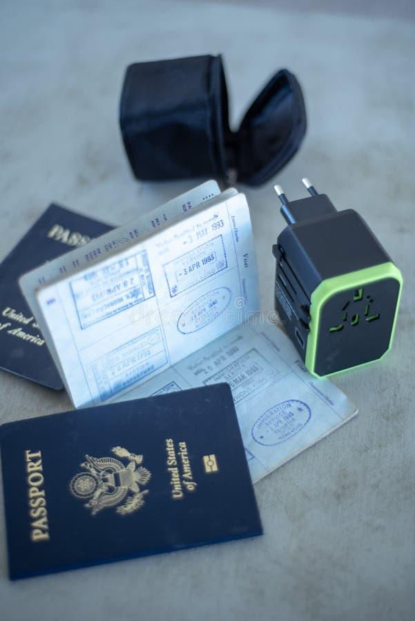 USA paszporty i międzynarodowy elektrycznej władzy wtyczkowy adaptator zdjęcia royalty free