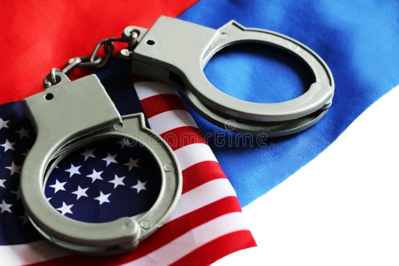 USA-Rechtssystemkonzept, Handschellen auf Hintergrund und amerikanische Flagge stockfoto