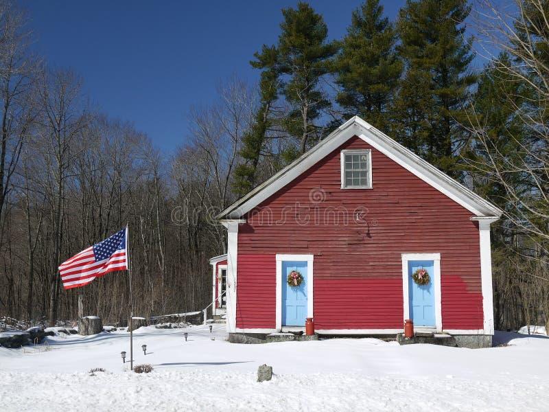 USA-skolhus med flaggan royaltyfri foto