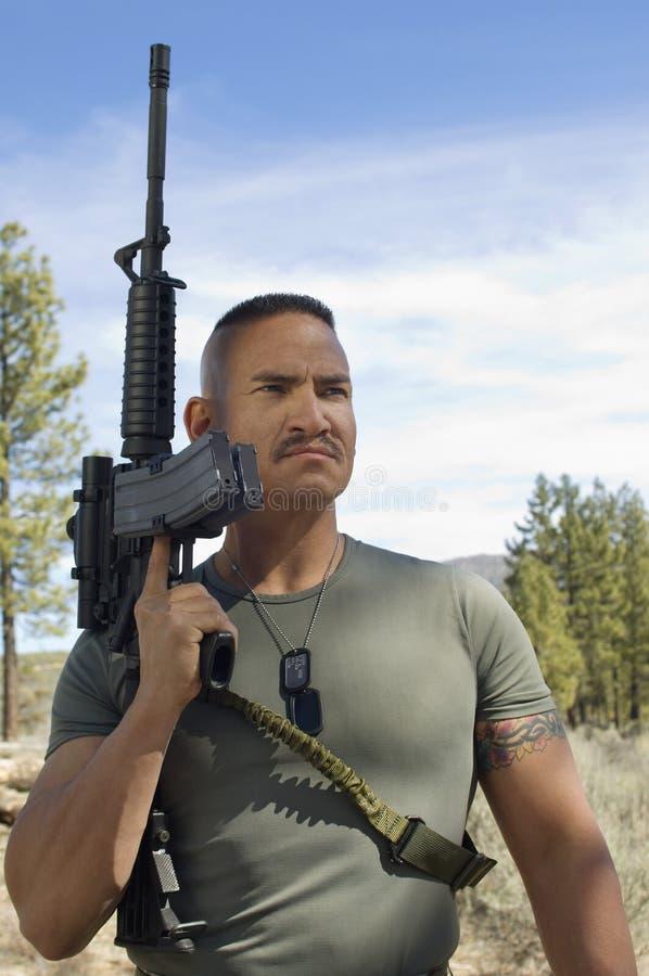 USA-soldat Holding ett gevär fotografering för bildbyråer