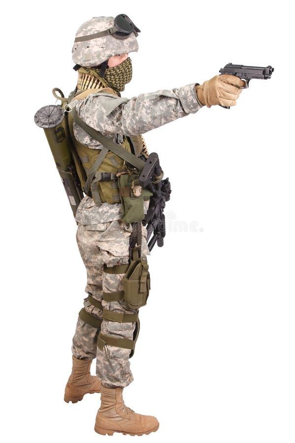 USA-soldat med handeldvapnet på vit arkivbilder