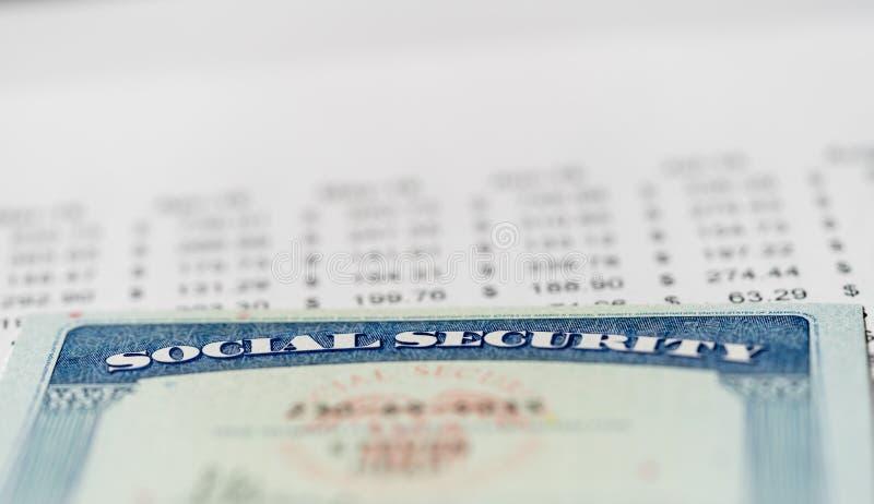 USA-Sozialversicherungskarte auf Berechnungen des Einkommens für Ruhestand lizenzfreie stockfotos