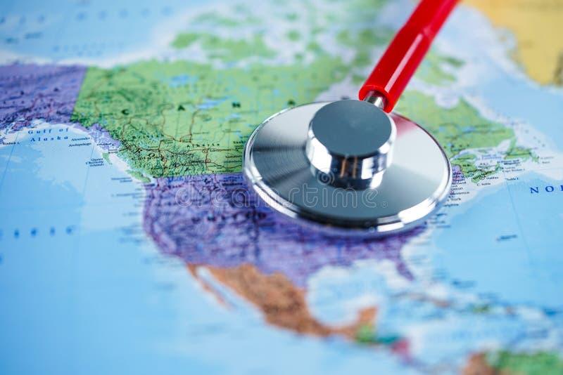USA Staaten von Amerika: Stethoskop mit Weltkarte stockfoto