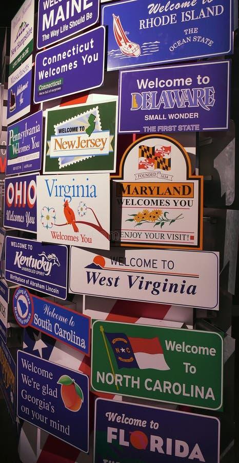 USA-stater som tätt välkomnar tecken upp sikt på skärm i en touristic mässa arkivfoton