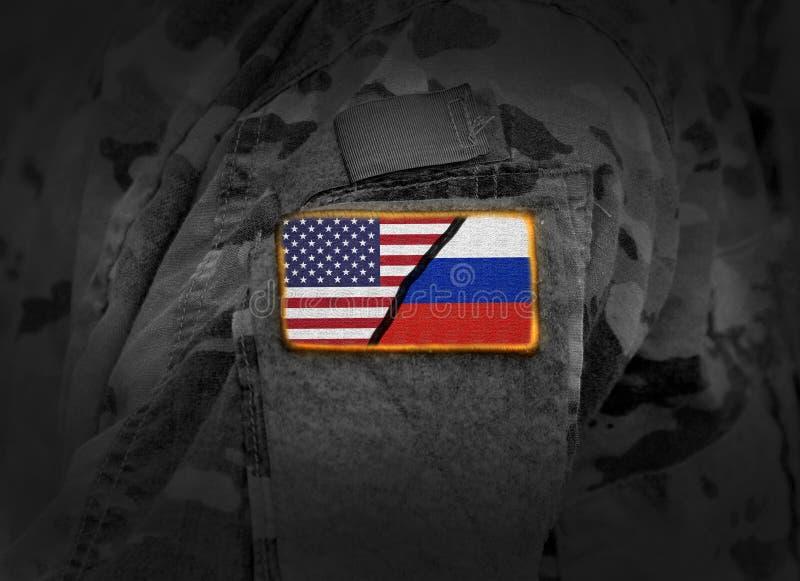 USA vs Ryssland Flagga av Förenta staterna och Ryssland på den militära unifoen royaltyfria foton