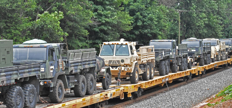 USA wojskowego ciężarówki odtransportowywać pociągiem obrazy royalty free