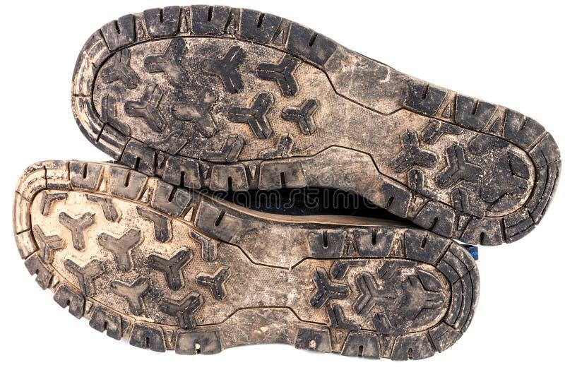 Usado lenguado al aire libre negro usado sucio de las zapatillas de deporte aislado en blanco foto de archivo